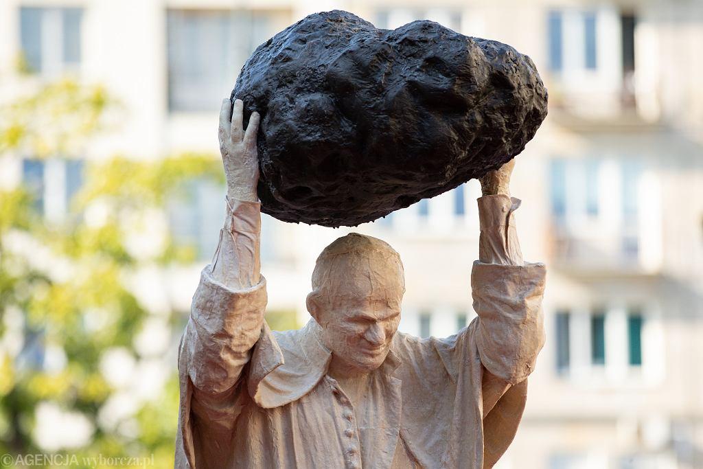 Pomnik papieża z kamieniem, czyli rzeźba Jerzego Kaliny 'Zatrute źródło' przed Muzeum Narodowym w Warszawie