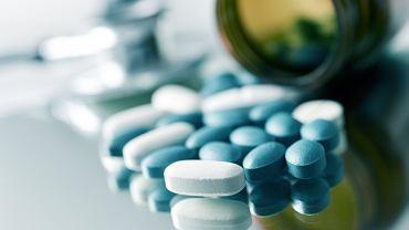 Przy zapaleniu oskrzeli po antybiotyk sięga się niezwykle rzadko. Zazwyczaj w pierwszej kolejności zaleca się odpoczynek, przyjmowanie dużej ilości płynów oraz stosowanie leków, które złagodzą objawy choroby