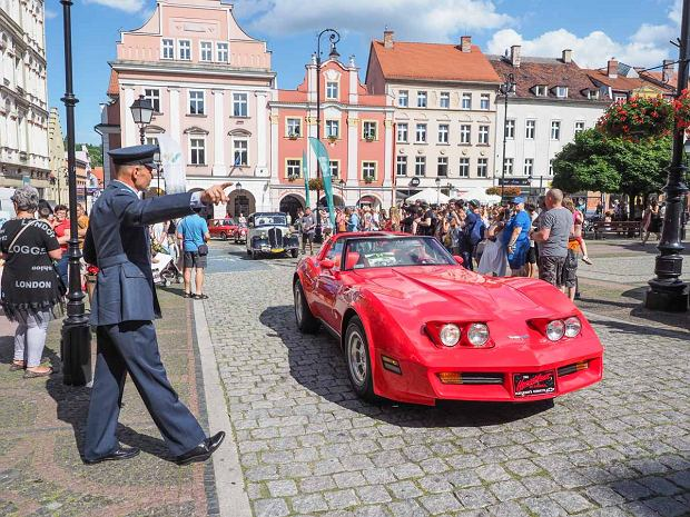 Zdjęcie numer 0 w galerii - Międzynarodowy rajd zabytkowych pojazdów na Rynku w Wałbrzychu. Było co podziwiać [ZDJĘCIA]