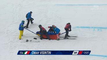 Omar  Visintin zwożony z trasy snowboard crossu