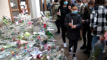 Francja jest w szoku po zamordowaniu 47-letniego nauczyciela historii, który ośmielił się pokazać uczniom karykatury Mahometa opublikowane w 'Charlie Hebdo' i dyskutować z nimi na tej podstawie o swobodzie wypowiedzi i jej granicach.