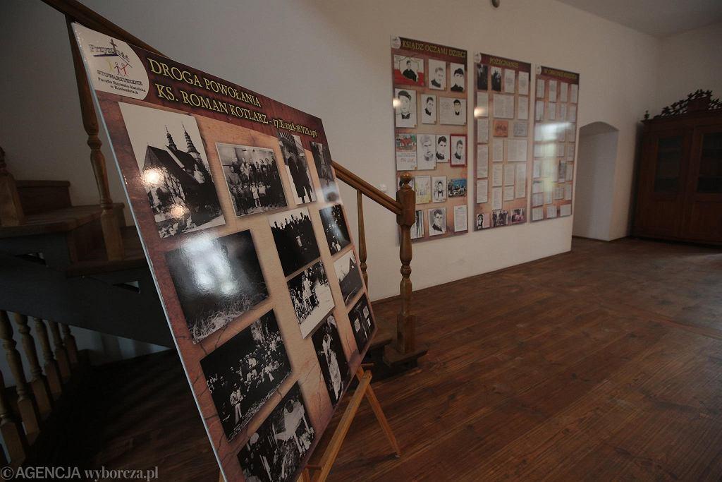 Koniemłoty, pamiątki po księdzu Romanie Kotlarzu w izbie pamięci