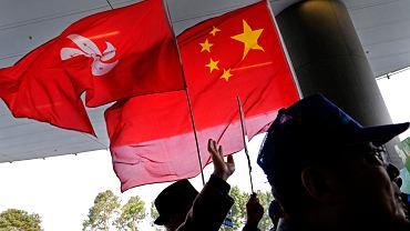 Propekińscy demonstranci z flagami Chin i Hongkongu. Protest przed siedzibą Rady Legislacyjnej Legco, 23 stycznia 2019 r.