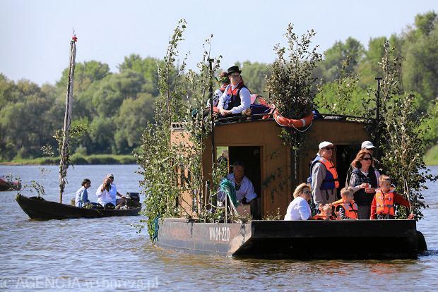 Zdjęcie numer 0 w galerii - Zielone Świątki nad Wisłą: spływ tradycyjnych łodzi, plenerowa msza i biesiadowanie.