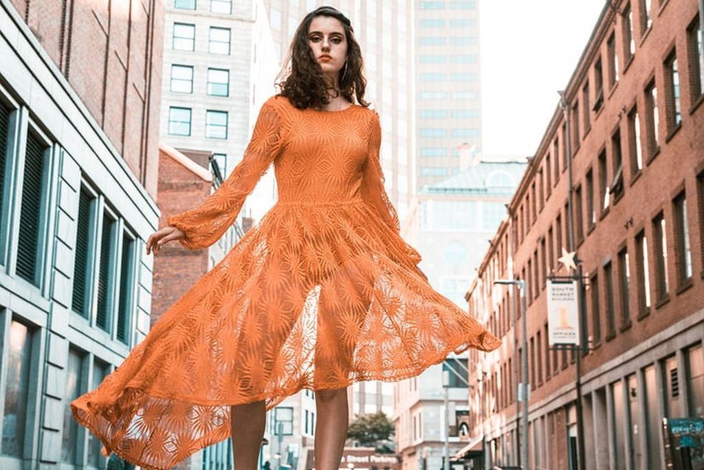 elegancka sukienka na każdą okazje, zdjęcie ilustracyjne