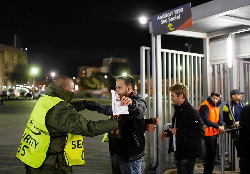 Kontrola kibiców przez meczem Barcelona - Roma