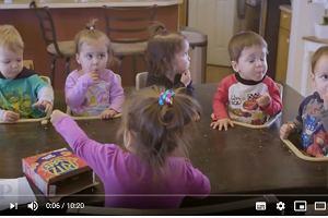 Jak wygląda życie z siódemką dzieci? Tata zrobił stół do karmienia i autobus z przewijakiem