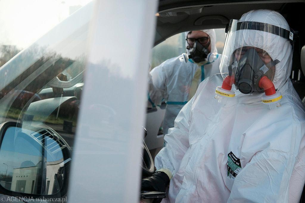 Koronawirus. Zespół ratowników medycznych przygotowanych do transportu osób z Covid-19