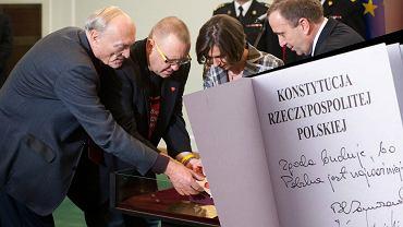 Egzemplarz konstytucji z podpisami Jarosława Kaczyńskiego i Bronisława Komorowskiego