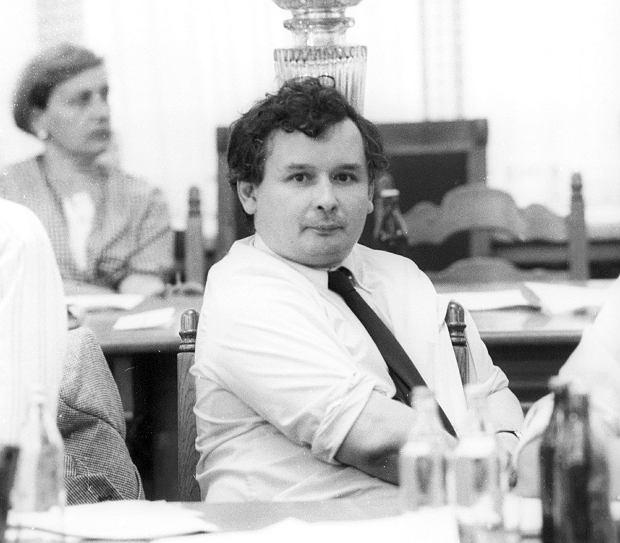 Jarosław Kaczyński w 1989 r., podczas obrad Senatu pierwszej kadencji. Mandat senatora uzyskał z okręgu elbląskiego jako kandydat Komitetu Obywatelskiego 'Solidarność'. W 1989 r., po objęciu przez Tadeusza Mazowieckiego funkcji premiera, Kaczyński został także redaktorem naczelnym 'Tygodnika Solidarność'.