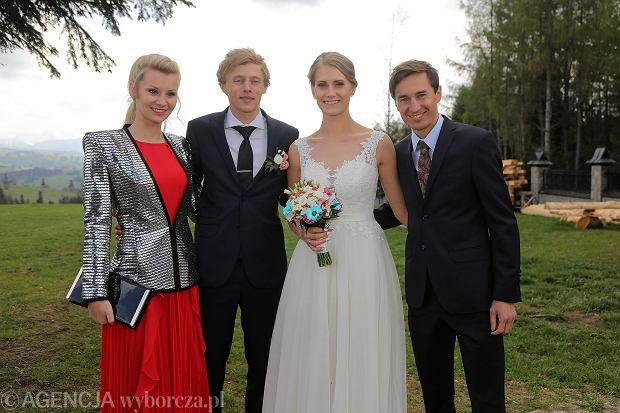 Od lewej: Ewa Bilan Stoch, Marta Majcher, Dawid Kubacki, Kamil Stoch podczas ślubu Dawida Kubackiego i Marty Majcher.