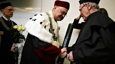 Izraelski pisarz Amos Oz podczas uroczystego wręczenia tytułu Doctor honoris causa na Wydziale Prawa Uniwersytetu Łódzkiego