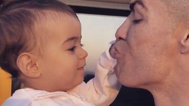 Takiego Cristiano Ronaldo nie znacie. Piłkarz całuje córkę, a ona domaga się więcej