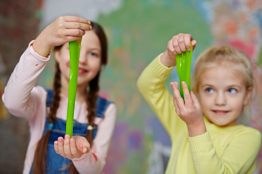 Slime, czyli po polsku glut, cieszy się niesamowitą popularnością - jest obiektem fascynacji wielu dzieciaków. Tę rozciągliwą masę plastyczną można kupić w wielu kolorach, fakturach i strukturach.