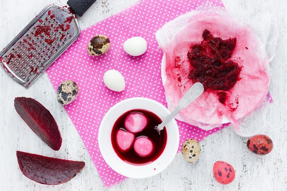 Za pomocą soku z buraków możecie barwić skorupki jajek na różne odcienie różu