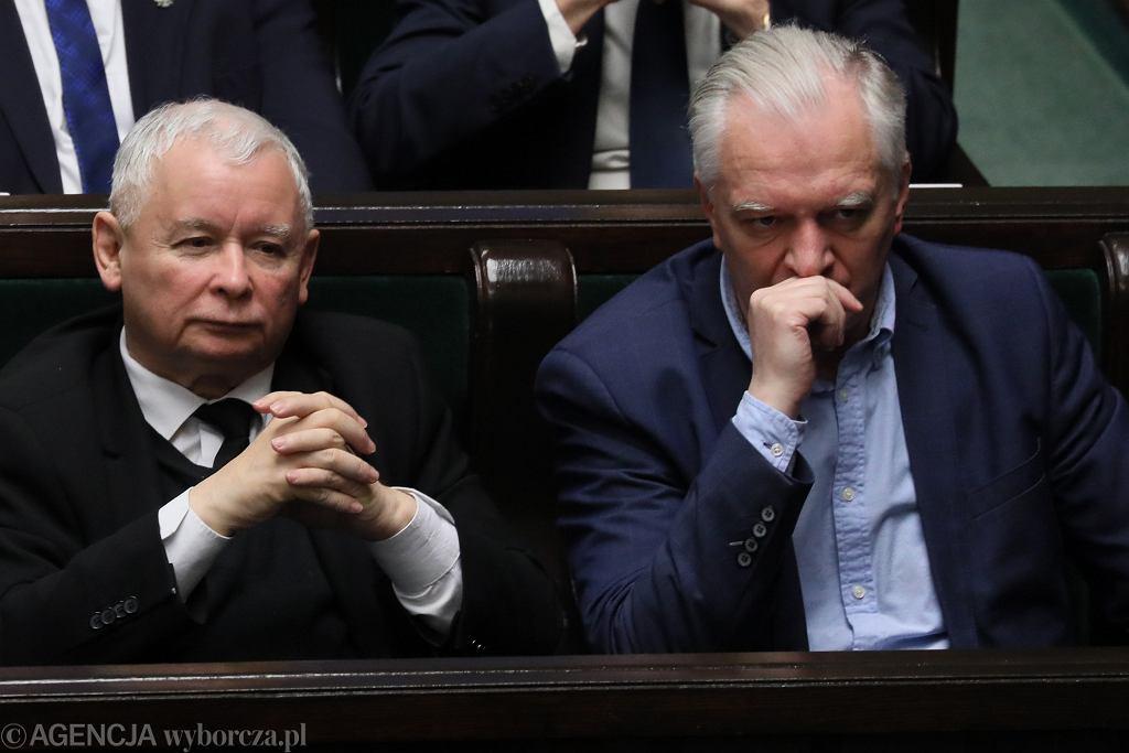 Prezes Jarosław Kaczyński i wicepremier Jarosław Gowin w sejmowych ławach. Warszawa, 14 grudnia 2018