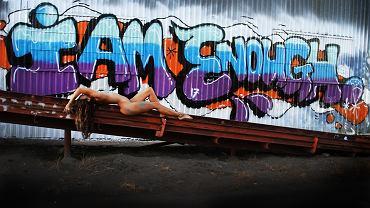 Beck Joan pokazuje naturalne piękno nagiego kobiecego ciała w miejskiej przestrzeni