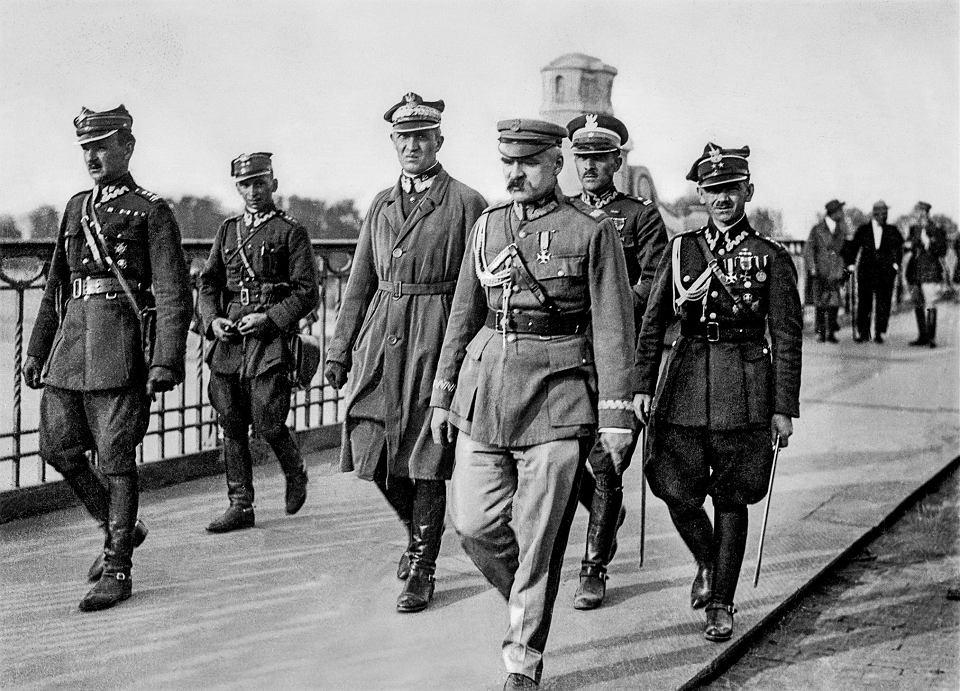 Marszałek Józef Piłsudski przed spotkaniem z prezydentem RP Stanisławem Wojciechowskim na moście Poniatowskiego. Od lewej: Kazimierz Stamirowski, Marian Żebrowski, Gustaw Orlicz-Dreszer, Józef Piłsudski, Władysław Jaroszewicz i Michał Galiński, Warszawa, 12 maja 1926.
