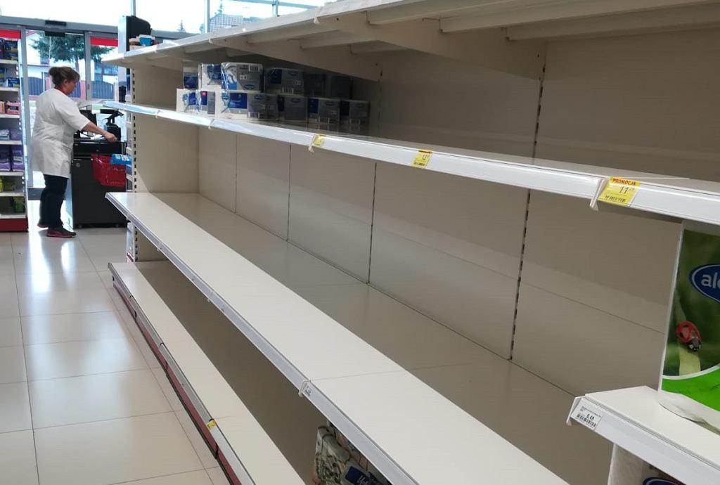 """Szturm na sklepy. Kolejki, puste półki. Polacy reagują na decyzję rządu. """"Armagedon"""""""