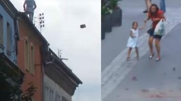 Mężczyzna rzucał dachówki w wysokiej kamienicy