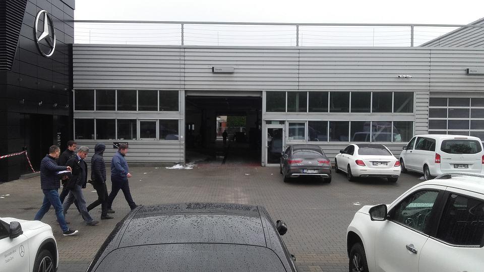 Salon Mercedesa przy Olsztyńskiej po ugaszeniu ognia