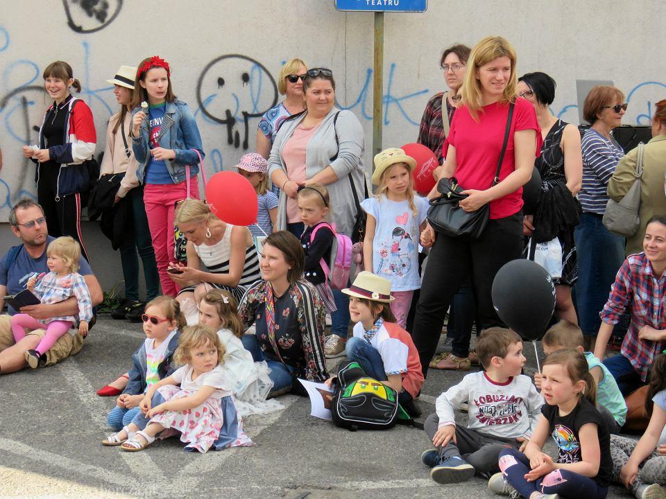 Zdjęcie numer 71 w galerii - Wielka zabawa na niezwykłej ulicy. Teatralna bawi się na całego [ZDJĘCIA]