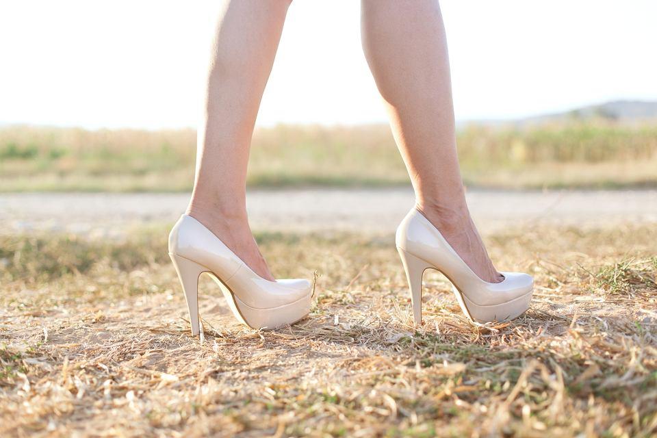 Białe buty i dodatki