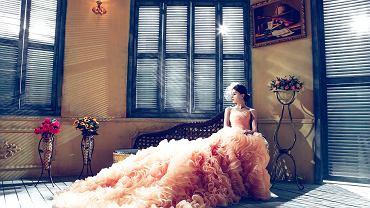 Suknia ślubna jak księżniczka. Zdjęcie ilustracyjne