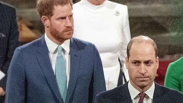 """Książę Harry pożegnał Filipa. """"Był moim dziadkiem: mistrzem grilla, legendą przekomarzania się"""". Ekspert: Duże różnice we wpisach braci"""