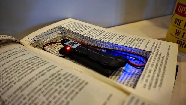 Moduł miniaturowej kamery Wi-Fi V99 w książce