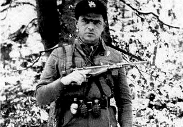 Jan Piwnik 'Ponury' (1912-44), cichociemny, uchodził za jednego z najlepszych specjalistów od dywersji w całym AK, najlepiej czuł się w lesie, a bał się przebywać w mieście. Został zrzucony w kraju w listopadzie 1941 r. Walczył w Górach Świętokrzyskich i na Nowogródczyźnie, gdzie objął dowodzenie nad 7. Batalionem 77. Pułku Piechoty, największym oddziałem, jakim dowodził zrzutek. Zginął podczas akcji 'Burza' w czasie ataku na niemieckie umocnienia niedaleko wsi Jewłasze na Grodzieńszczyźnie.