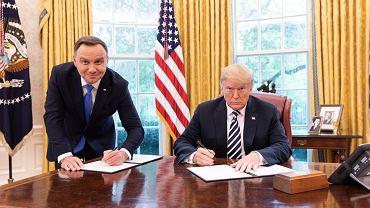 Andrzej Duda i Donald Trump z dokumentami