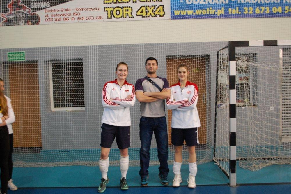 Natalia Murek i Julia Nowicka w towarzystwie trenera Pawła Bielaka