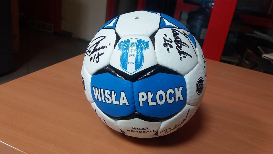 Nagrodą dla głosujących tym razem jest piłka z podpisami piłkarzy ręcznych Wisły