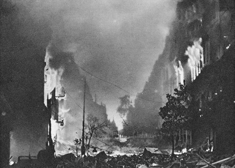 Płonące kamienice, ul. Marszałkowska (fot. Wikimedia Commons / domena publiczna)