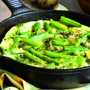 Do przygotowania omletu z fasolką możecie użyć świeżych lun mrożonych warzyw