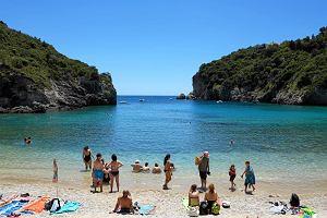Najpiękniejsze piaszczyste i szerokie plaże w Grecji, na których wypoczniesz. Prawdziwe wakacyjne perełki