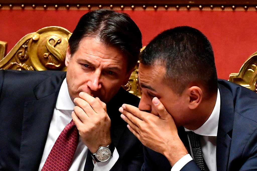 Nowy stary premier Giuseppe Conte (po lewej) z wicepremierem Luigim Di Maio