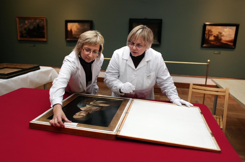 'Dama z gronostajem' w rękach pracowników Muzeum Narodowego w Krakowie (fot. Tomasz Wiech / AG)