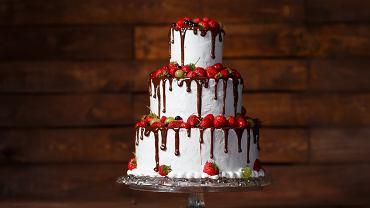 Tort truskawkowy na przyjęcie urodzinowe. Zdjęcie ilustracyjne
