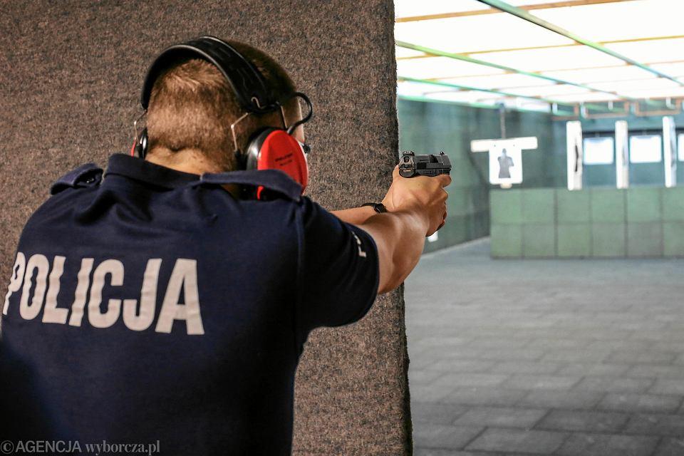 Policjant na strzelnicy