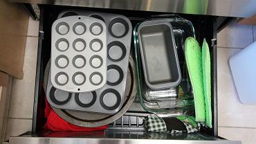 Trzymamy w niej akcesoria kuchenne, jednak nie po to powstała. Do czego tak naprawdę służy szuflada pod piekarnikiem?