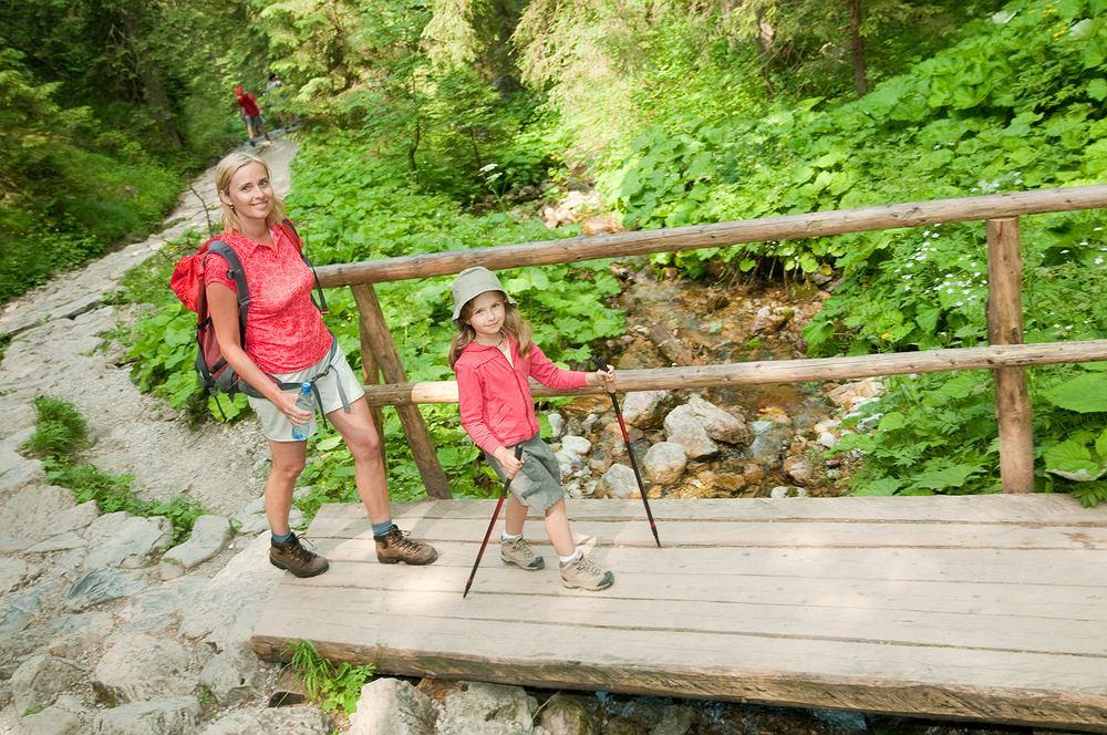 Naczelnik TOPR radzi, żeby dziecku w górach towarzyszyły dwie osoby dorosłe