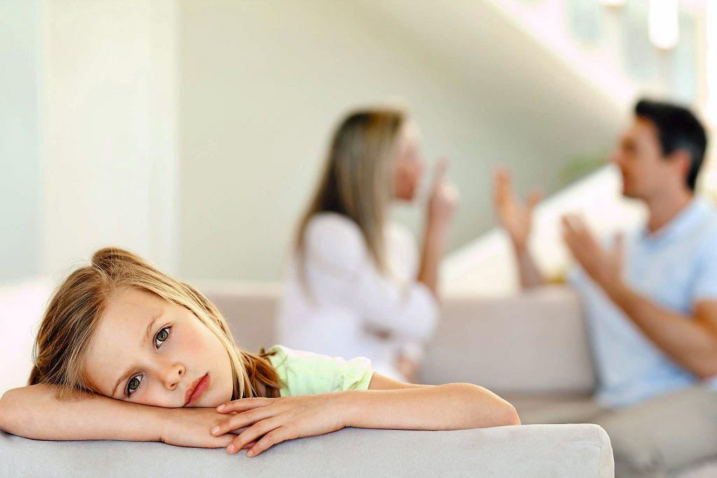 Gdy rodzice się rozstają, dzieci odczuwają przede wszystkim smutek.