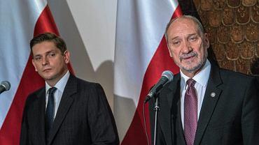 Bartosz Kownacki i Antoni Macierewicz podczas konferencji prasowej w MON dotyczącej zakupu rakiet Patriot od USA