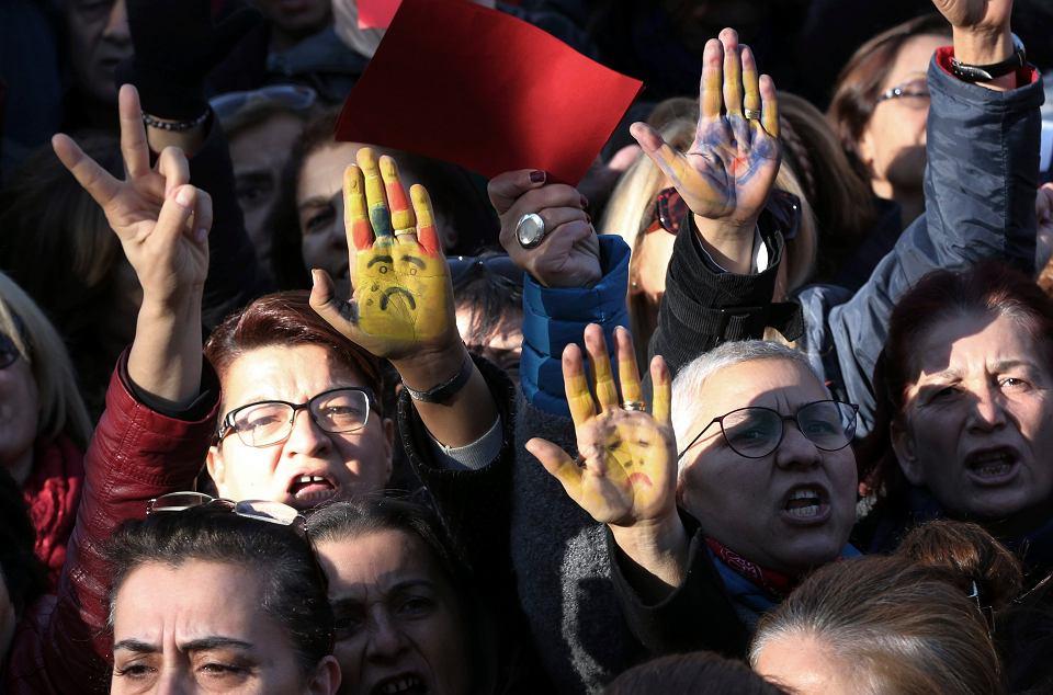 Turcja. Protesty w sprawie dopuszczania przez prawo do małżeństwa nieletnich dziewczynek z gwałcicielami