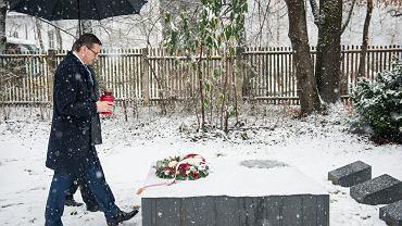 17 lutego 2018 r., premier Mateusz Morawiecki składa wieniec na grobach żołnierzy Brygady Świętokrzyskiej Narodowych Sił Zbrojnych