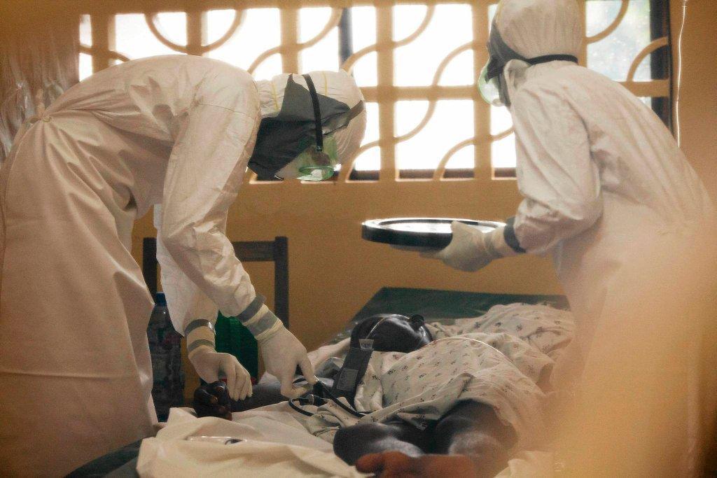 Lekarze w szpitalu w Monrowii, stolicy Liberii, opiekują się pacjentem zarażonym wirusem ebola