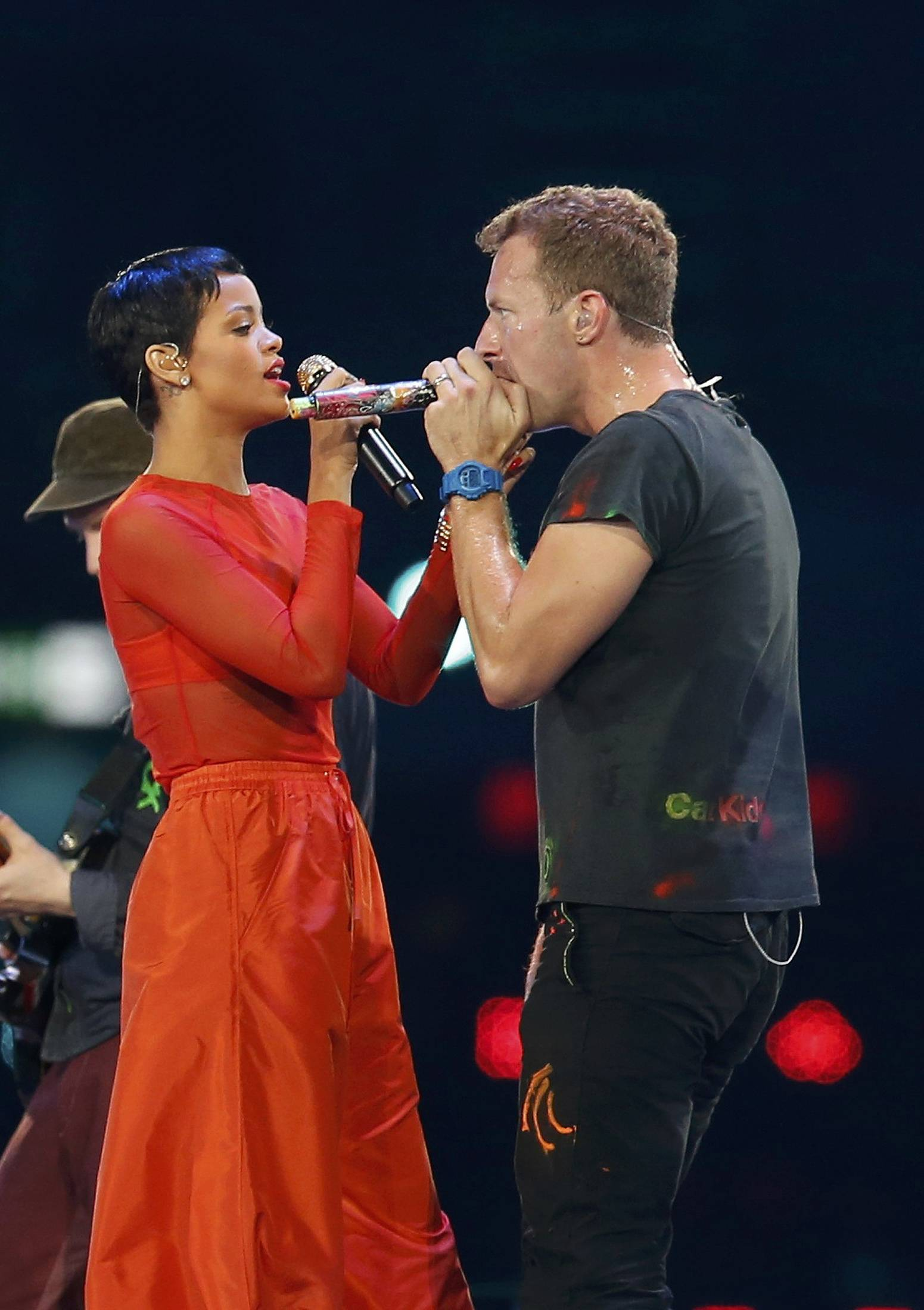 Singer Rihanna (L) and Chris Martin from Coldplay perform in the Olympic Stadium during the closing ceremony of the London 2012 Paralympic Games September 9, 2012.           REUTERS/Suzanne Plunkett (BRITAIN  - Tags: OLYMPICS SPORT ENTERTAINMENT)