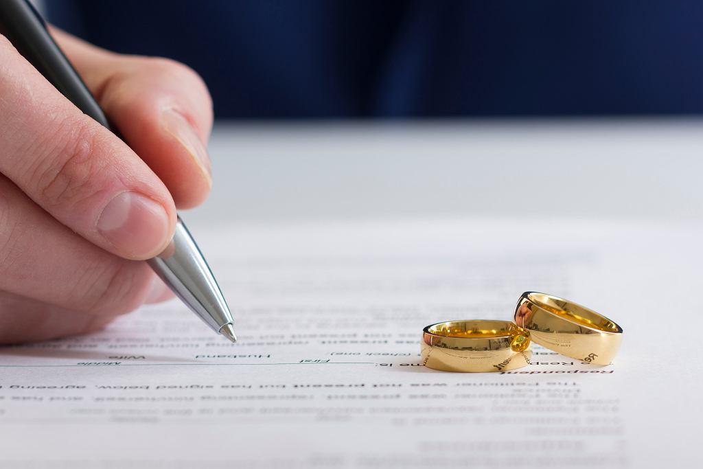 Pozew o rozwód jest pismem formalnym i musi zawierać określone informacje. Zdjęcie ilustracyjne
